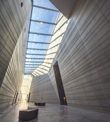 Un édifice lumineux. Des puits de lumière ouvrent le bâtiment sur l'extérieur.