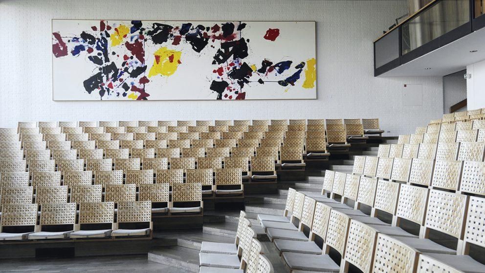 Construite en 1976 dans l'aile ouest du musée, la salle de concert est réputée pour la qualité de son acoustique. Les sièges sont de Poul Kjærholm et les peintures de Sam Francis.