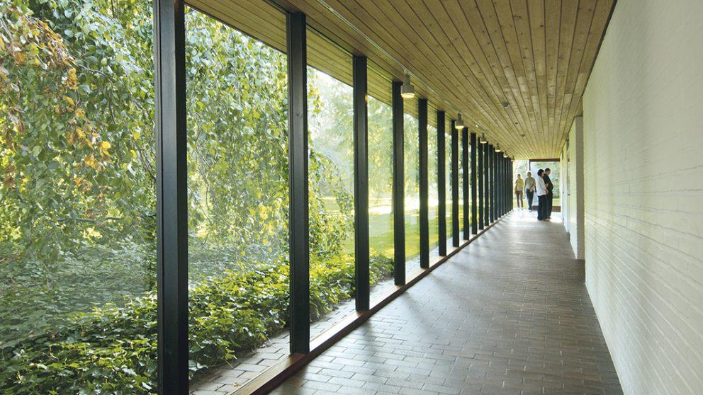 Réalisée en 1958 par les architectes Bo et Wohlert, cette extension que caractérisent des couloirs de verre, s'intègre remarquablement à la nature environnante. Elle inclut les galeries Giacometti et Jorn.