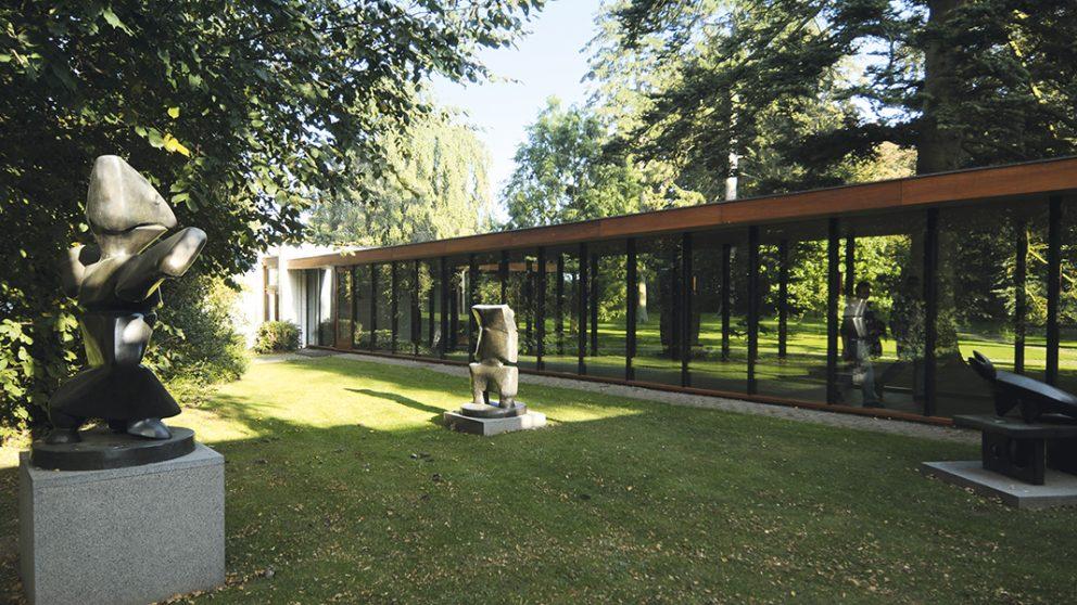 Environ soixante sculptures sont éparpillées et judicieusement placées dans le parc. À côté de l'aile nord, un espace accueille quelques pièces de Max Ernst.