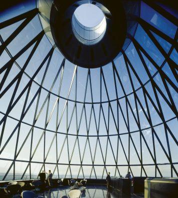 30 St Mary Axe (Swiss Re Building), Londres, 1997-2004. Avec une forme cylindrique distinctive et ses 41 étages, cette tour offre une vue imprenable sur Londres.