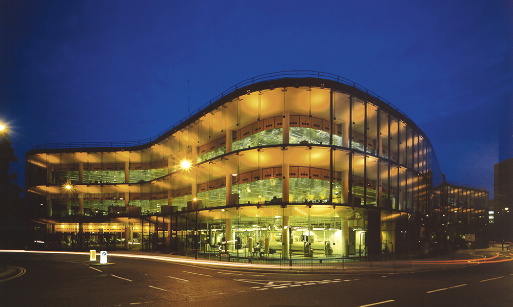 Willis Faber & Dumas Headquarters, Ipswich, Angleterre, 1971-1975. D'une superficie de 21 255 m2, ces bureaux épousent la forme du site comme « une crêpe dans une poêle », selon l'architecte.