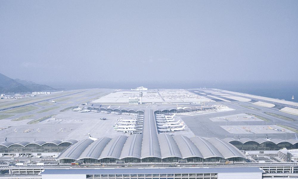 Chek Lap Kok Airport, Hong Kong, 1992-1998. Se servant des mêmes principes de simplicité structurelle et lumière naturelle qu'il avait employés à Stansted, Norman Foster crée ici un aéroport d'une superficie de 516 000 m².