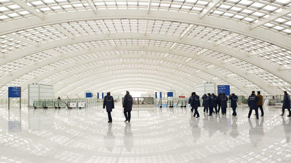 Beijing Airport, Beijing, Chine, 2003-2008. Créé pour les JO de 2008, et avec une superficie au sol de 1 300 000 m², cet aéroport peut accueillir 20 millions de passagers par an dans une ambiance confortable et lumineuse.