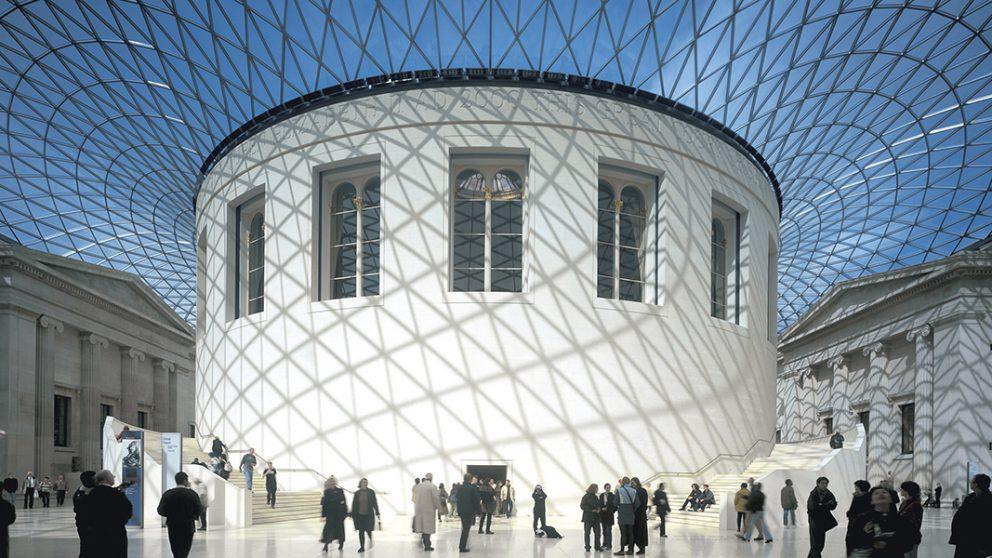 British Museum, Londres, 1997-2000. La Great Court du British Museum date du XIXe siècle. Norman Foster a eu l'idée de la recouvrir d'une bulle de verre, offrant ainsi au musée un nouvel espace public.