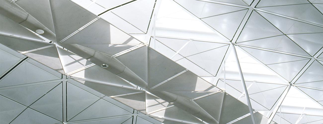 Chek Lap Kok Airport, Hong Kong, 1992-1998. Le plafond en voute de l'aéroport est dessiné pour offrir un maximum de lumière naturelle, et pour donner un sens d'orientation aux voyageurs, au départ comme à l'arrivée.