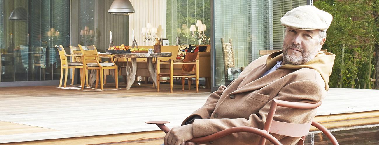 Philippe Starck en tenue de gentleman-farmer. Le designer pose devant la maison écologique préfabriquée P.A.T.H. (pour Prefabricated Accessible Technological Homes), conçue avec la société de construction slovène Riko.