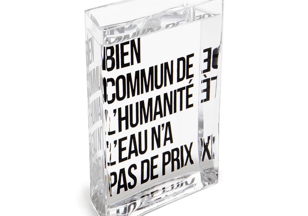 Carafe pour la fondation France Libertés de Danielle Mitterrand. Éditée par Made in design, Lame d'eau est destinée aux tables des restaurants qui veulent montrer que l'eau qu'ils servent n'est pas une marchandise comme les autres.