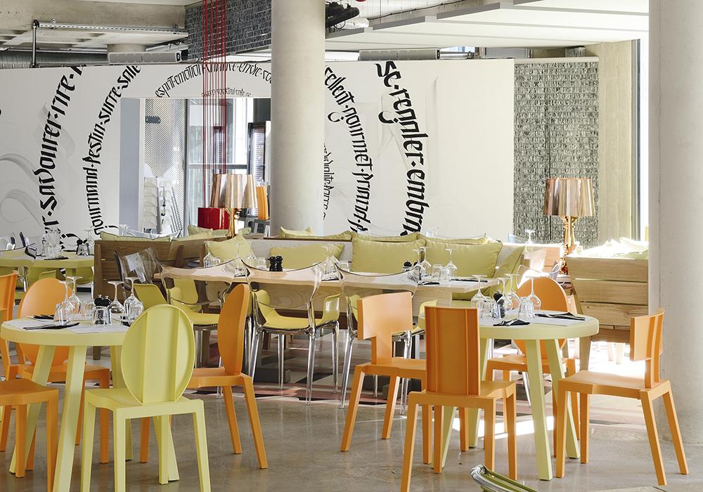 Le restaurant « Les Grands Enfants » agencé par Philippe Starck. Il se situe au rez-de-chaussée de l'immeuble « Le Nuage », à Montpellier, que le designer a également dessiné. Le mobilier coloré est signé TOG, une plateforme internet de personnalisation de meubles.