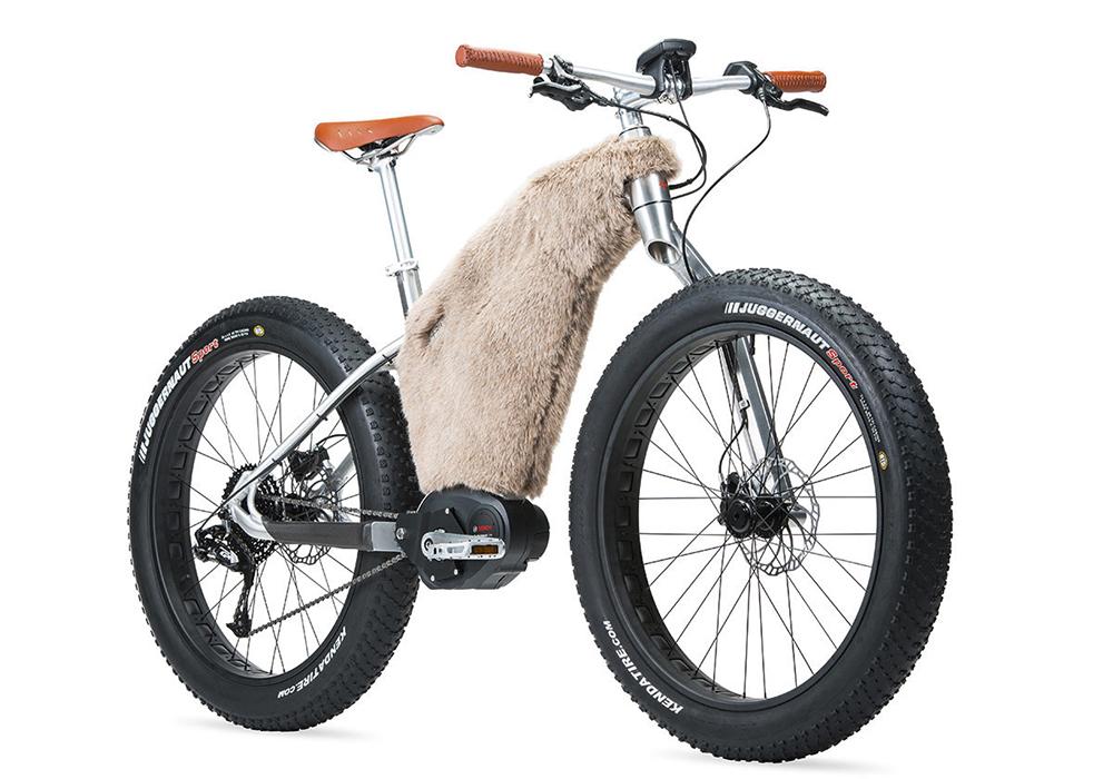 Le VTT des neiges. Conçu pour Moustache Bikes, SNOW est dédié à la découverte des espaces enneigés grâce à ses pneus larges et à une housse de cadre en fourrure synthétique qui protège la batterie des températures extrêmes.