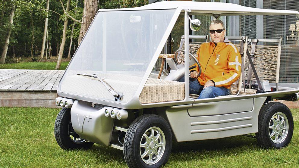 La V+, seule voiture produite par Starck. Conçu pour les propriétaires de villas souhaitant parcourir de courts trajets, le véhicule est équipé d'un moteur électrique de 4 kW, qui lui permet d'atteindre 65 km/h.