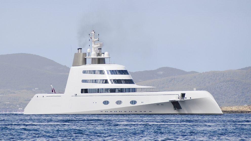 A, le bateau de tous les superlatifs. Cinq ans de travail auront été nécessaires pour réaliser le A, méga-yacht commandé à Starck par le milliardaire russe Andrey Melnichenko. Long de 118 m, il possède sept suites pouvant accueillir 14 privilégiés en croisière.