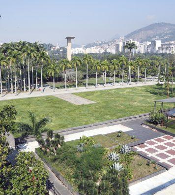 Des jardins du Musée d'art moderne de Rio de Janeiro, créés par Roberto Burle Marx. Dans les pelouses, deux variétés de gazon dessinent le célèbre motif en vagues de la plage de Copacabana.