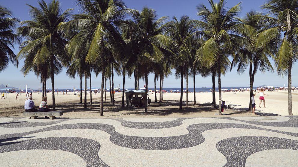Roberto Burle Marx, paysagiste mais aussi artiste. Il a dessiné le motif le plus célèbre du Brésil : les vagues noires et blanches du trottoir de Copacabana, à Rio de Janeiro.