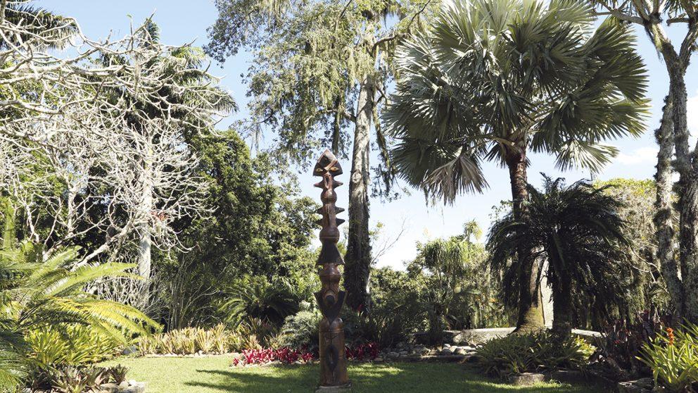 la verticalité dans ses jardins. Il créait aussi des contrastes de couleur sans recourir aux fleurs, comme avec la chevelure argentée de ce palmier de Madagascar.
