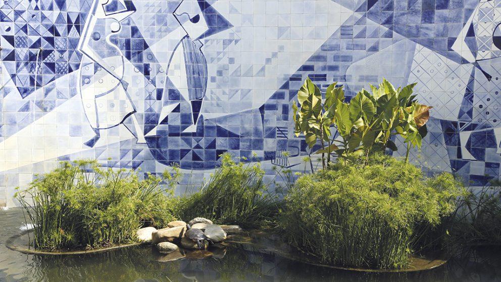 Fresque de l'Institut Moreira Sales. Burle Marx, qui était aussi peintre, sculpteur et céramiste a réalisé cette œuvre. Les plans d'eau de ses créations révèlent son goût pour les plantes aquatiques.