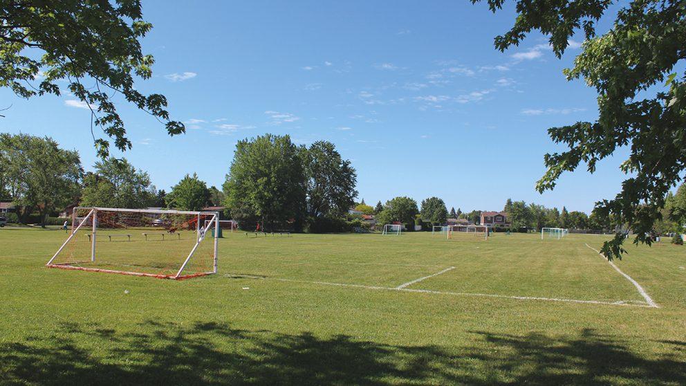 Semer les germes du budget citoyen. Appelés à proposer des projets et même à voter, les jeunes de plus de 16 ans de Saint-Basile-le-Grand ont donné leur priorité à l'amélioration des terrains de foot, au Parc de la Seigneurie.