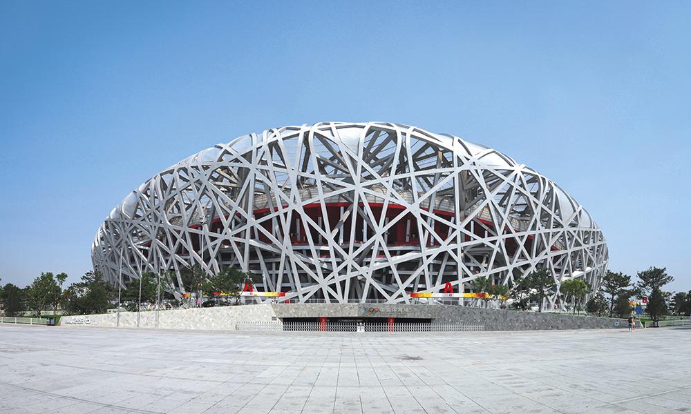Grand Stade de Pékin. Surnommé le « Nid d'oiseau » le Stade national construit pour les Jeux Olympiques de 2008 exhibe sa structure complexe, que les architectes comparent à une « forêt artificielle ».