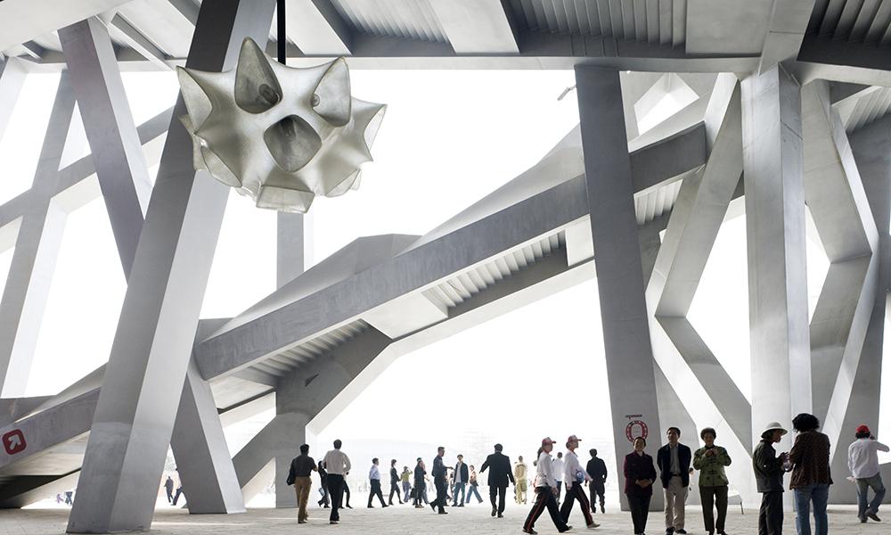 Grand Stade de Pékin. Les escaliers ou encore les éléments de la structure donnent à cet espace intérieur un air « piranésien » selon Herzog & de Meuron. Les angles mais aussi les luminaires confèrent aussi un aspect sculptural à l'ouvrage.
