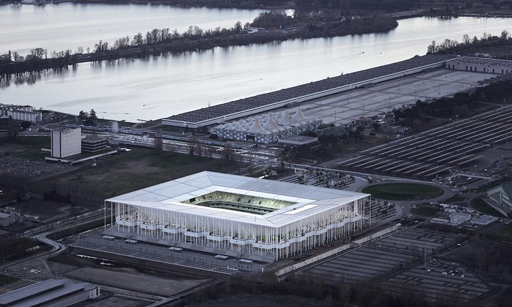 Stade de Bordeaux. Dans cette vue aérienne, le stade apparaît à proximité de Bordeaux-Lac, sur la rive gauche de la Garonne au nord de la ville. L'architecture projette sous tous les angles une impression de clarté et de transparence.