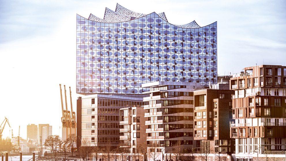 Elbphilharmonie Hamburg. Inaugurée le 11 janvier 2017, l'Elbphilarmonie fait partie d'un vaste projet urbain baptisé HafenCity, implanté sur la péninsule de Grasbrook dans l'ancien port de Hambourg.