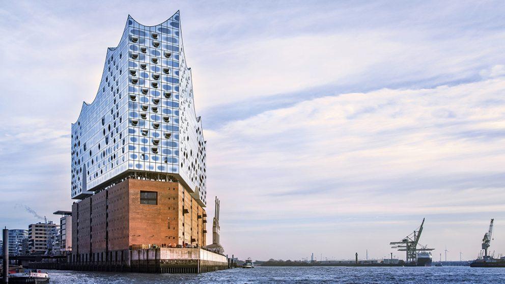 Elbphilharmonie Hamburg. Vue depuis les eaux de la rivière Elbe, l'Elbphilarmonie donne l'impression de ressembler à un vaste paquebot qui relie ciel et terre, avec sa façade en verre et sa toiture en forme de vagues.