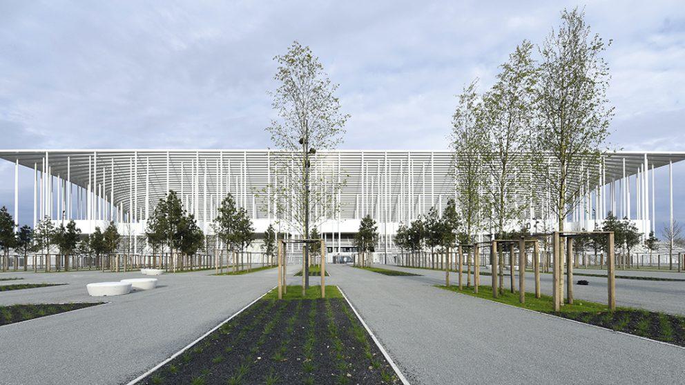 Stade de Bordeaux. Ouvert le 18 mai 2015, le nouveau Stade de Bordeaux avec ses 42 000 places, donne une impression de transparence et d'ouverture vers la ville, y compris la nuit.