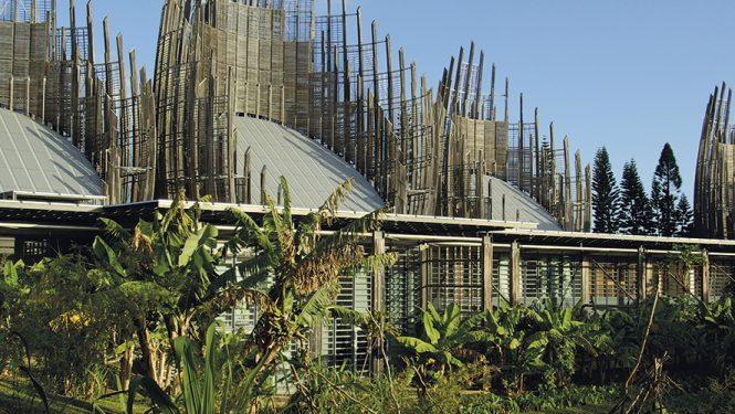 Le Centre Jean-Marie Tjibaou et la culture kanake. Inauguré en 1998 et prévu par les Accords de Matignon de 1988, le Centre a pour vocation de diffuser la culture kanake, et son architecture s'inspire des cases traditionnelles.