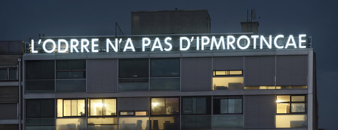 « L'ODRRE N'A PAS D'IPMROTNCAE ». Trois installations lumineuses dont celle de l'artiste belge Ann Veronica Janssens dominent l'avenue Henri-Dunant.