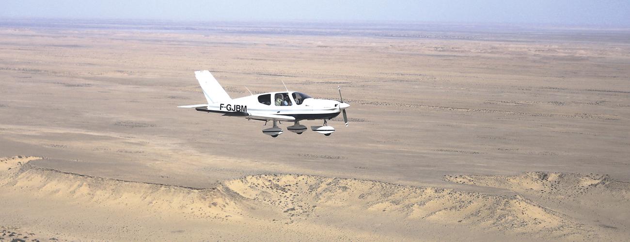 Raid Latécoère Afrique, survol de la Mauritanie. Le raid c'est aussi l'occasion d'apporter des fournitures scolaires ou du matériel à des écoles et des hôpitaux.