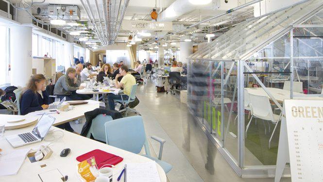 Des espaces de coworking pour « changer le monde ». Impact Hub Westminster fait partie d'un réseau international d'espaces de travail collaboratifs. Cet immense open space a été aménagé de manière à encourager les interactions.