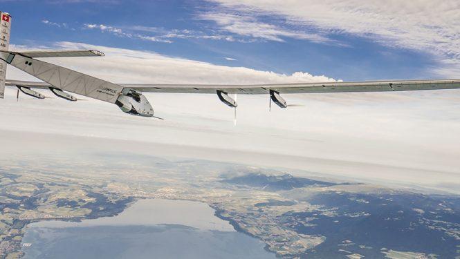 Premier tour du monde en avion solaire. L'avion Solar Impulse piloté par Bertrand Piccard et André Borschberg a parcouru 43 000 km grâce à l'énergie solaire.