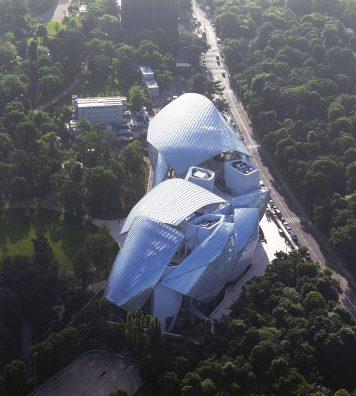 La Fondation Louis Vuitton vue du ciel. Les grands panneaux de verre conçus par l'architecte Frank Gerhy se déploient en forme d'élytre étincelante.