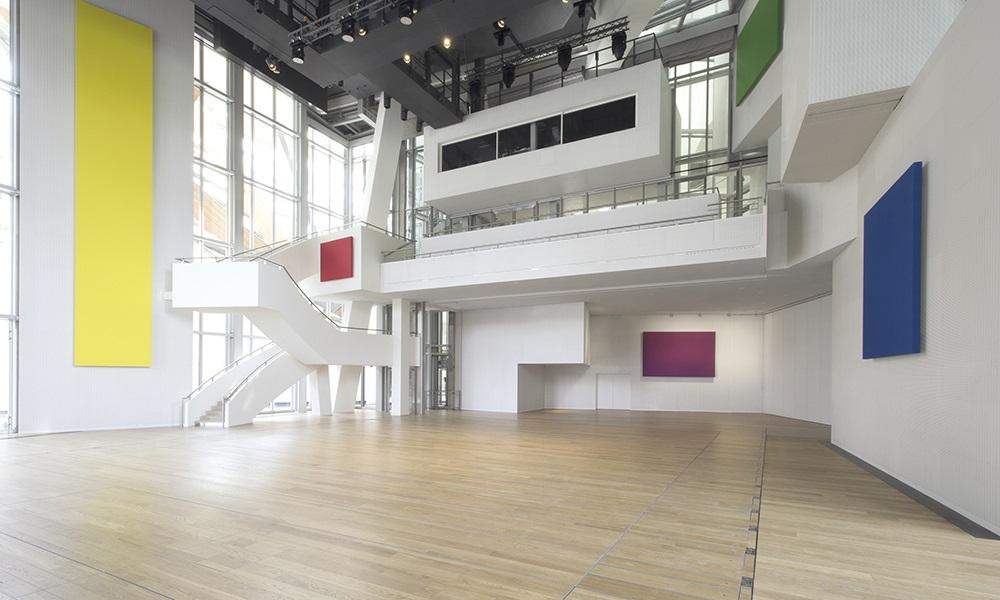 L'auditorium, écrin des œuvres d'Ellsworth Kelly. Color Panels (Red Yellow Blue Green Purple), comme Spectrum VIII, forme un ensemble coloré où le spectateur comprend que la peinture est aussi une musique.