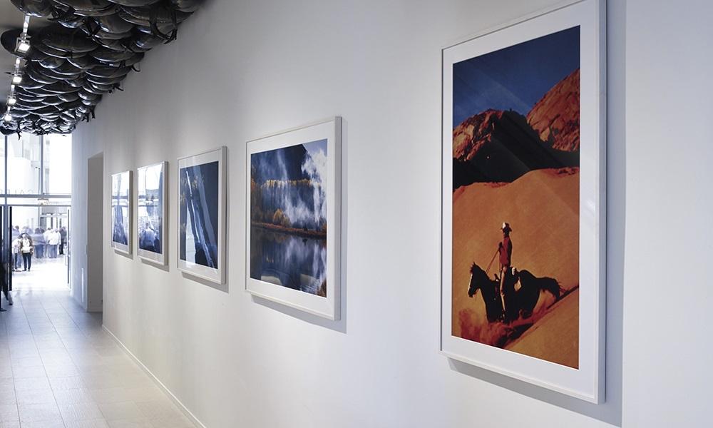 Photographies de Richard Prince et œuvre de Philippe Parenno au plafond de la Fondation. Richard Prince, Untitled (Cowboy), 1994 ; The Blue Cowboys, 1999; Philippe Parenno, Speech Bubbles (black), 2007 (Accrochage 3).