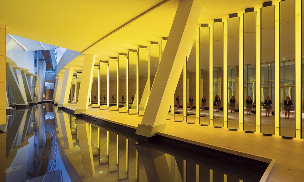 L'installation pérenne d'Olafur Eliasson, Inside the Horizon. Les jeux de miroir et la couleur jaune créent un étonnant espace multisensoriel.