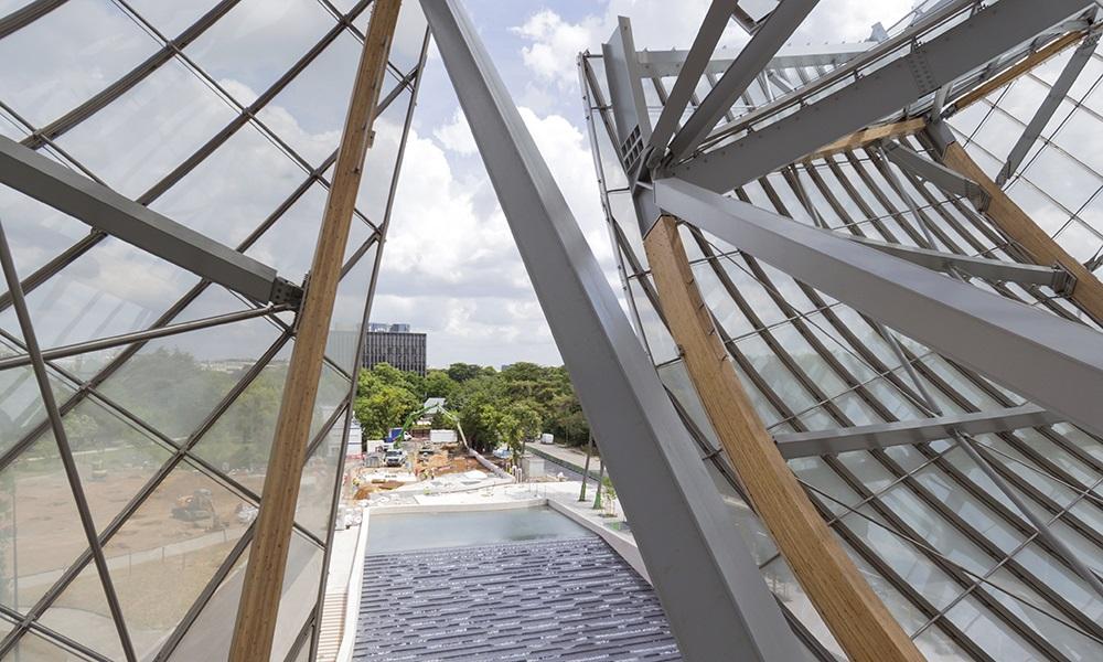 Le jeu des voiles de verre qui donnent sur le bassin d'eau en contrebas. L'architecture donne l'impression d'un bateau, toutes voiles dehors, en partance.