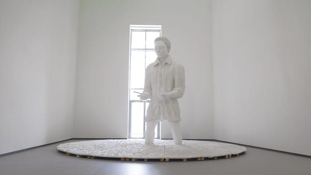Œuvres monumentales. Ici, Thomas Schütte, Mann in Matsch, sculpture monumentale et symbolique représentant un sourcier aux pieds embourbés.
