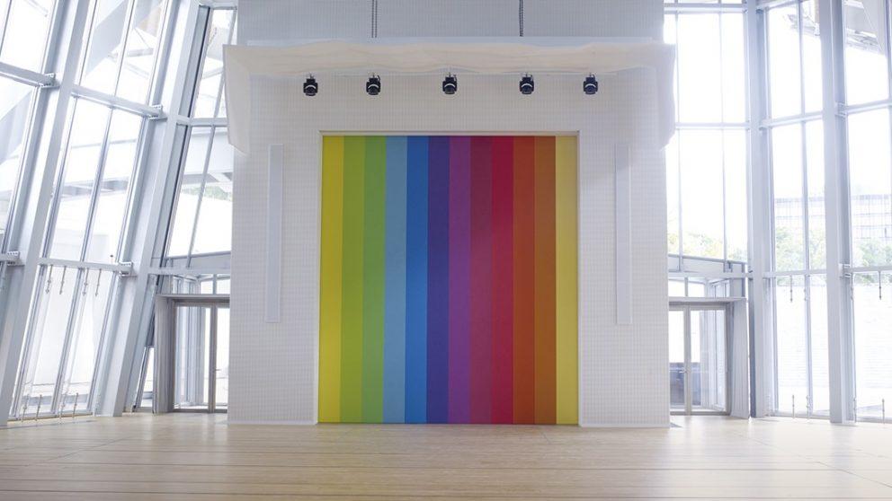 L'auditorium pensé comme un lieu où l'art fait écho à la musique. Vue de l'installation pérenne d'Ellsworth Kelly, Spectrum VIII, arc-en-ciel de couleurs vibrantes, comme une grande partition de musique.