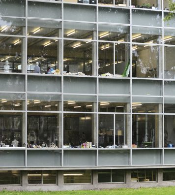 Façade arrière du bâtiment conçu par Gerrit Rietveld. Ses larges baies vitrées offrent un bon éclairage aux ateliers.
