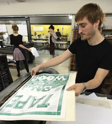 Adrian Camenzind. L'artiste suisse (Bachelor of Design) tire manuellement ses propres sérigraphies.