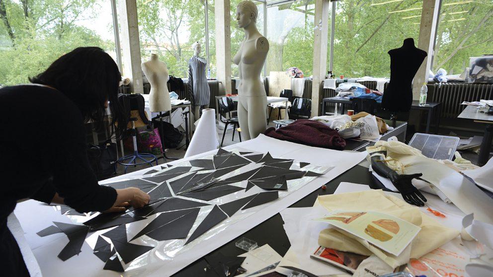 Les ateliers de textile et de mode. Après une année appelée « année de base » (Base Year), les étudiants choisissent une spécialisation.