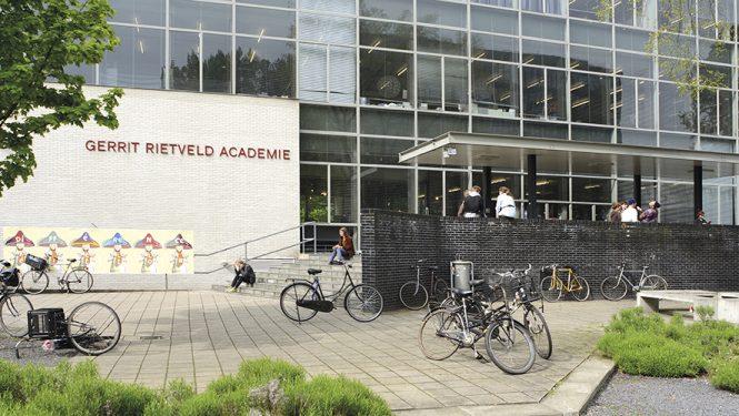 Entrée principale. La Gerrit Rietveld Academie a été construite par le designer et architecte Gerrit Rietveld entre 1950 et 1963.