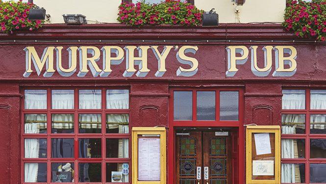 Façade d'un pub irlandais typique dans la ville de Dingle,