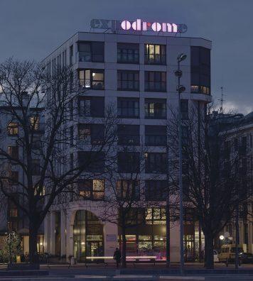 « expodrome ». De loin comme de près, cette réalisation de Dominique Gonzalez-Foerster est composée de lettres en LED qui s'allument de manière individuelle ou fragmentée.