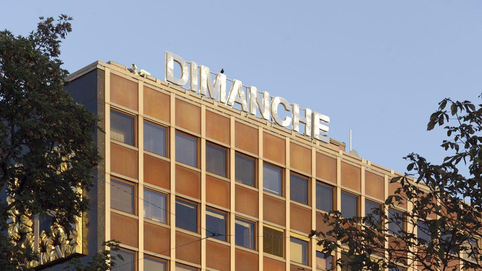 « DIMANCHE ». Installée sur le toit de la banque Lombard Odier & Cie, l'œuvre de Christian Robert-Tissot appelle le spectateur à la détente…
