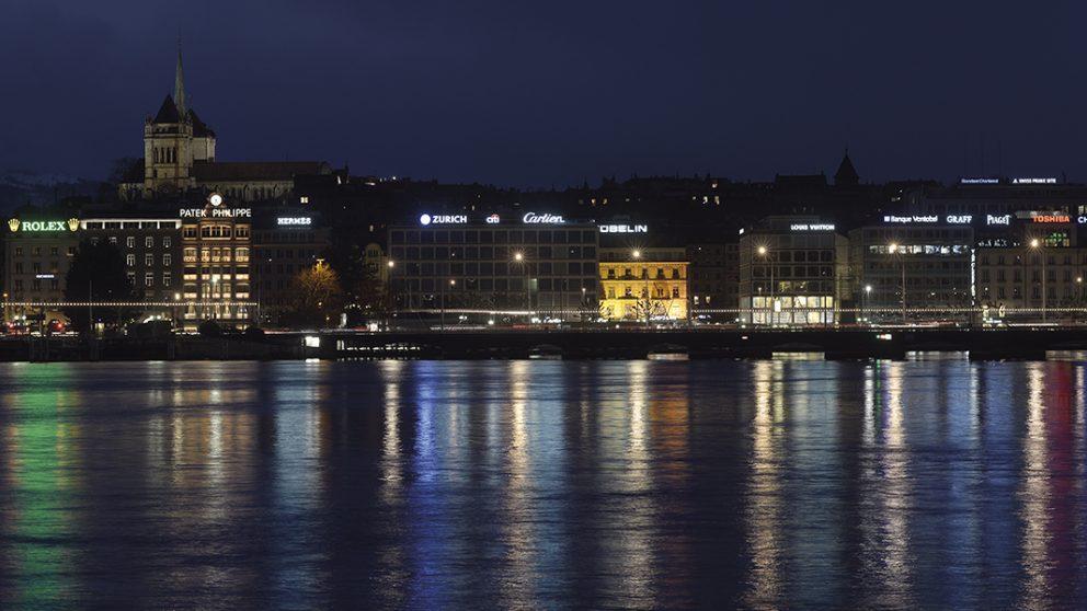 La rade de Genève. Vue depuis le quai du Mont-Blanc, la rade présente un phare publicitaire pour les plus grandes enseignes du monde.