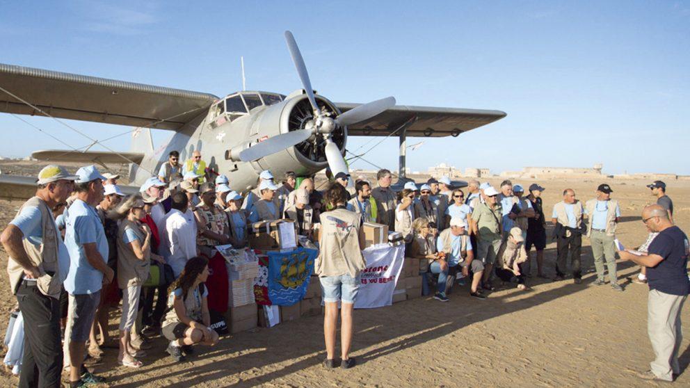Raid Latécoère Afrique. A Tarfaya au Sud du Maroc, photo des organisateurs et des bénévoles devant l'Antonov.