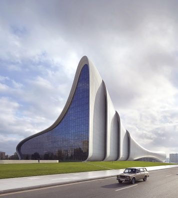 Heydar Aliyev Center, Bakou, Azerbaïdjan, 2012. Une vue extérieure donne un aperçu des coques successives qui forment la structure.