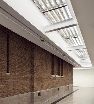 Serpentine Sackler Gallery, Londres, Angleterre, 2013. Zaha Hadid a créé un pavillon pour agrandir la superficie utilisable d'un bâtiment en brique, datant du XIXe siècle dans Kensington Gardens.